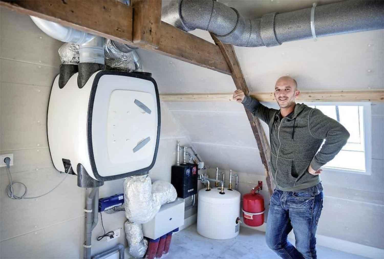 DRZM Monteur Serge Jongejans demonstreert het systeem van mechanische ventilatie.