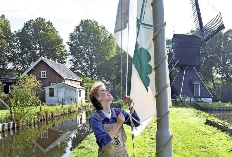 De vlag kan in top, de wieken van de Schoterveense molen draaien.