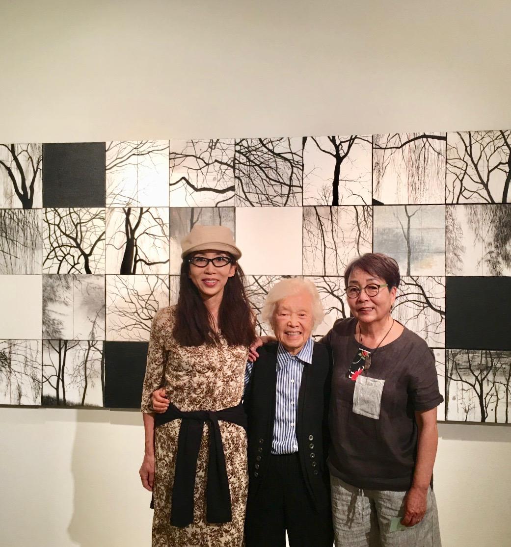 Lydia 中央/ Hei Myung の作品の前で。(2017年撮影)