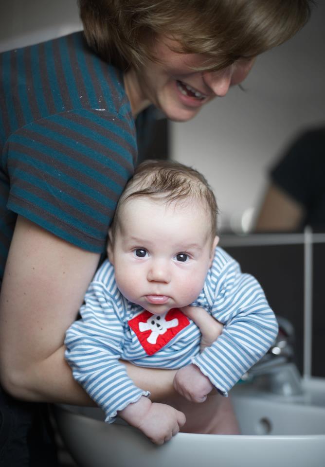 Tady je Hugo chvíli po masáži bříška... dle jeho zadnice ponořené do umyvadla asi nemusím benefit podpory trávení uvádět :-)
