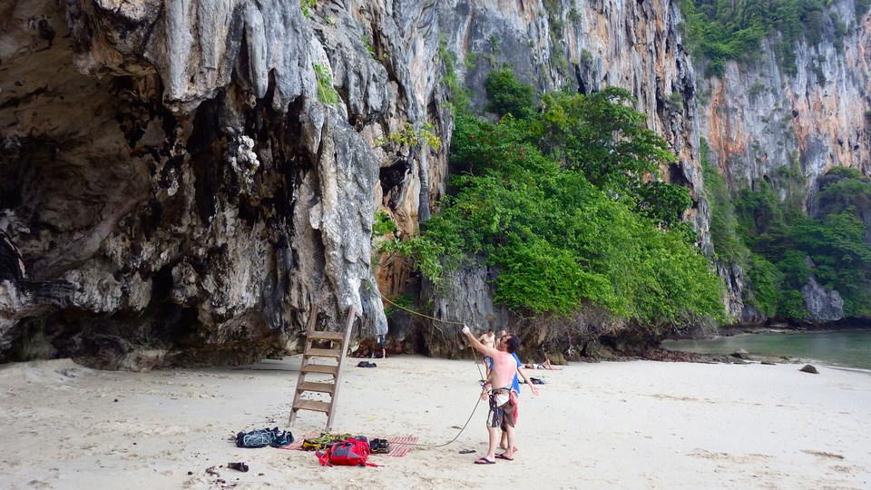climbers-belaying-at-ko-lao-liang