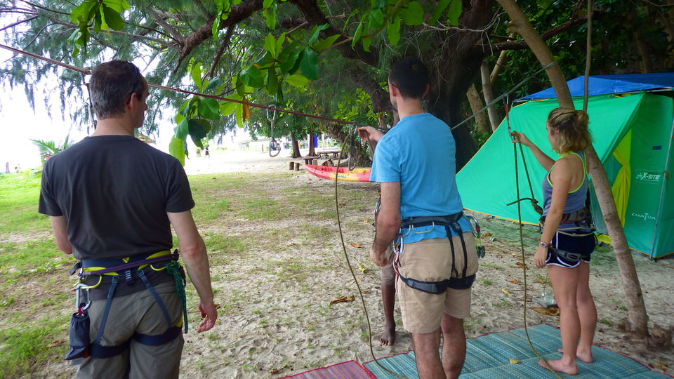 climbers-using-rope