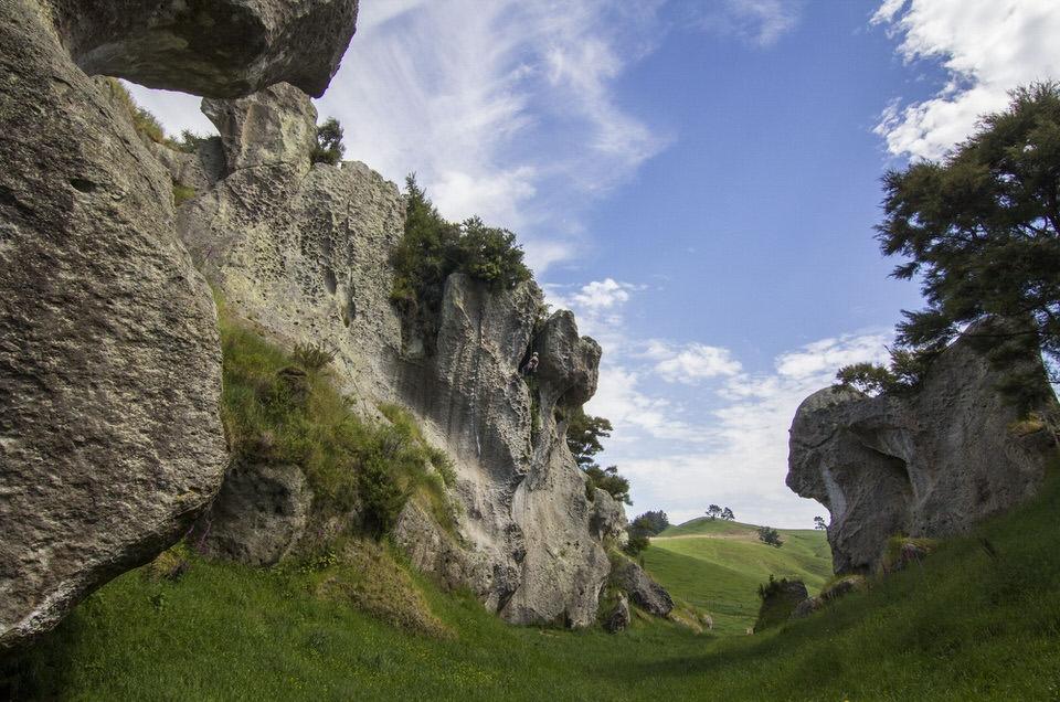 cliffs-at-froggatt-edge-new-zealand