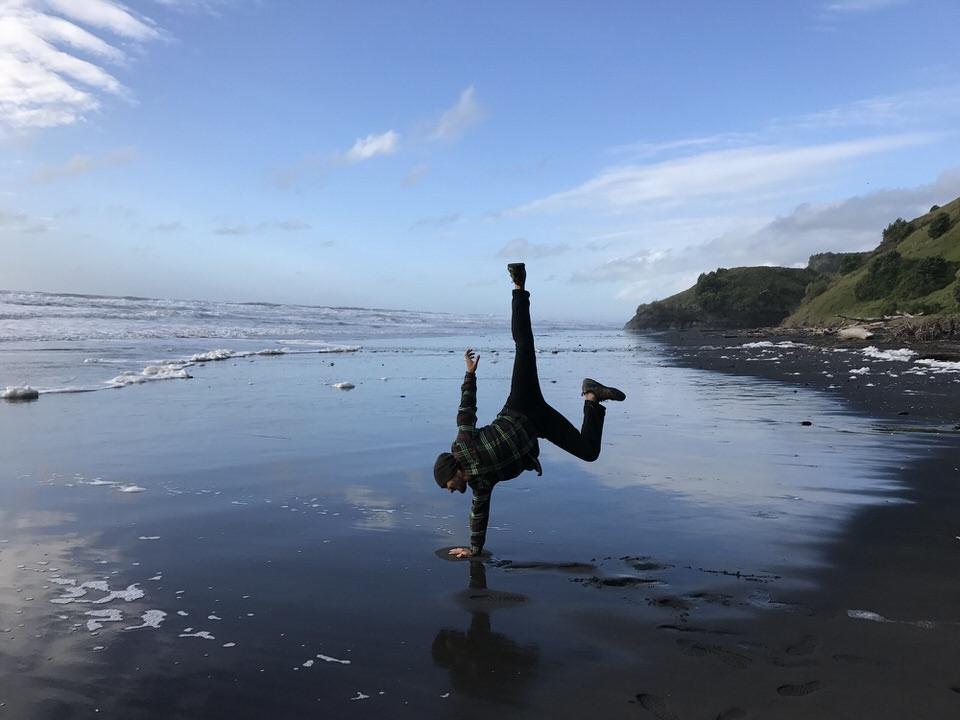handstand-in-ocean-Mokau-new-zealand-north-island