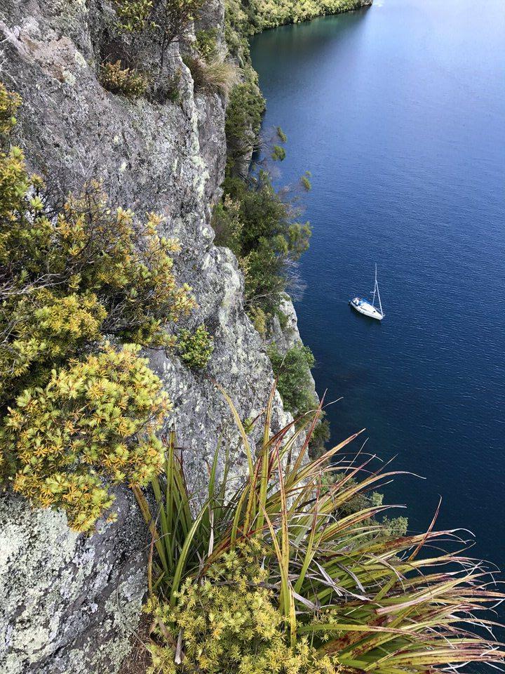 sailboat-kawakawa-bay-lake-taupo-new-zealand