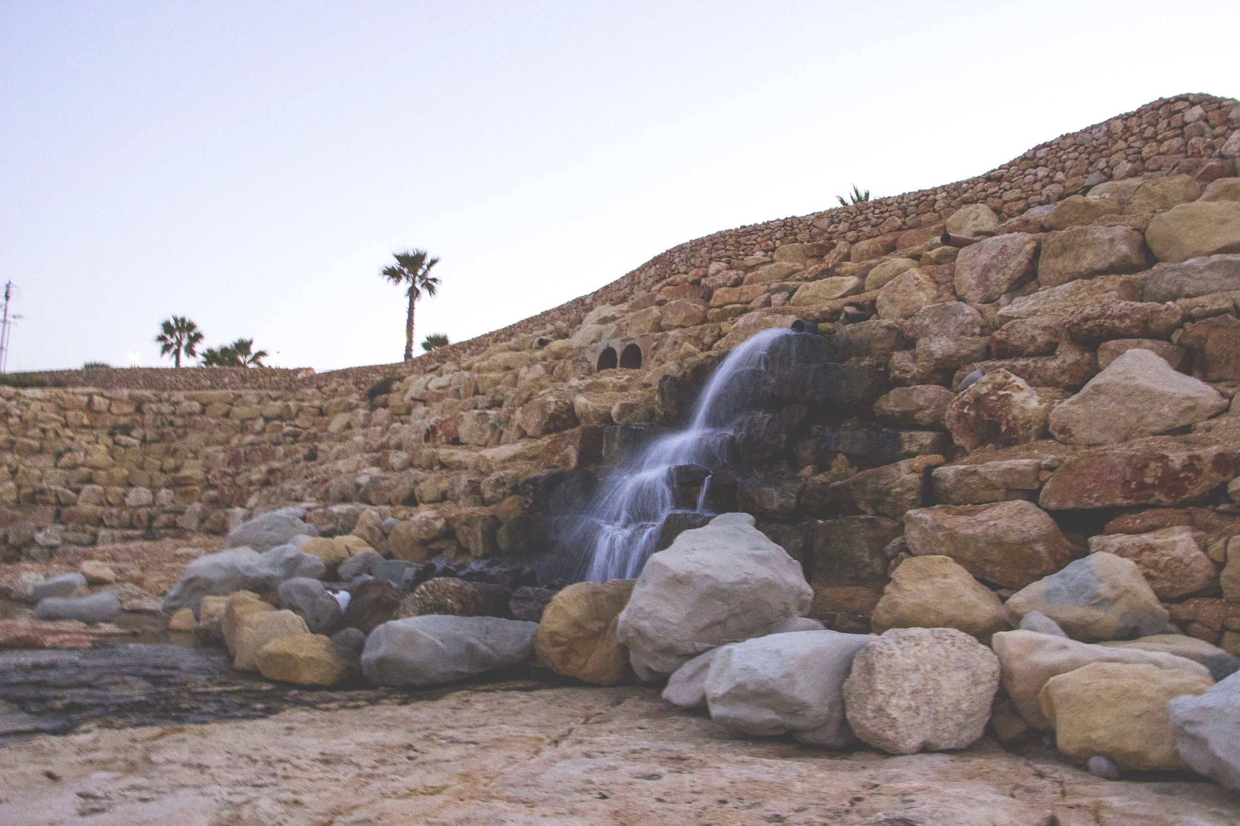 A little waterfall on the oceanside of Smart City.