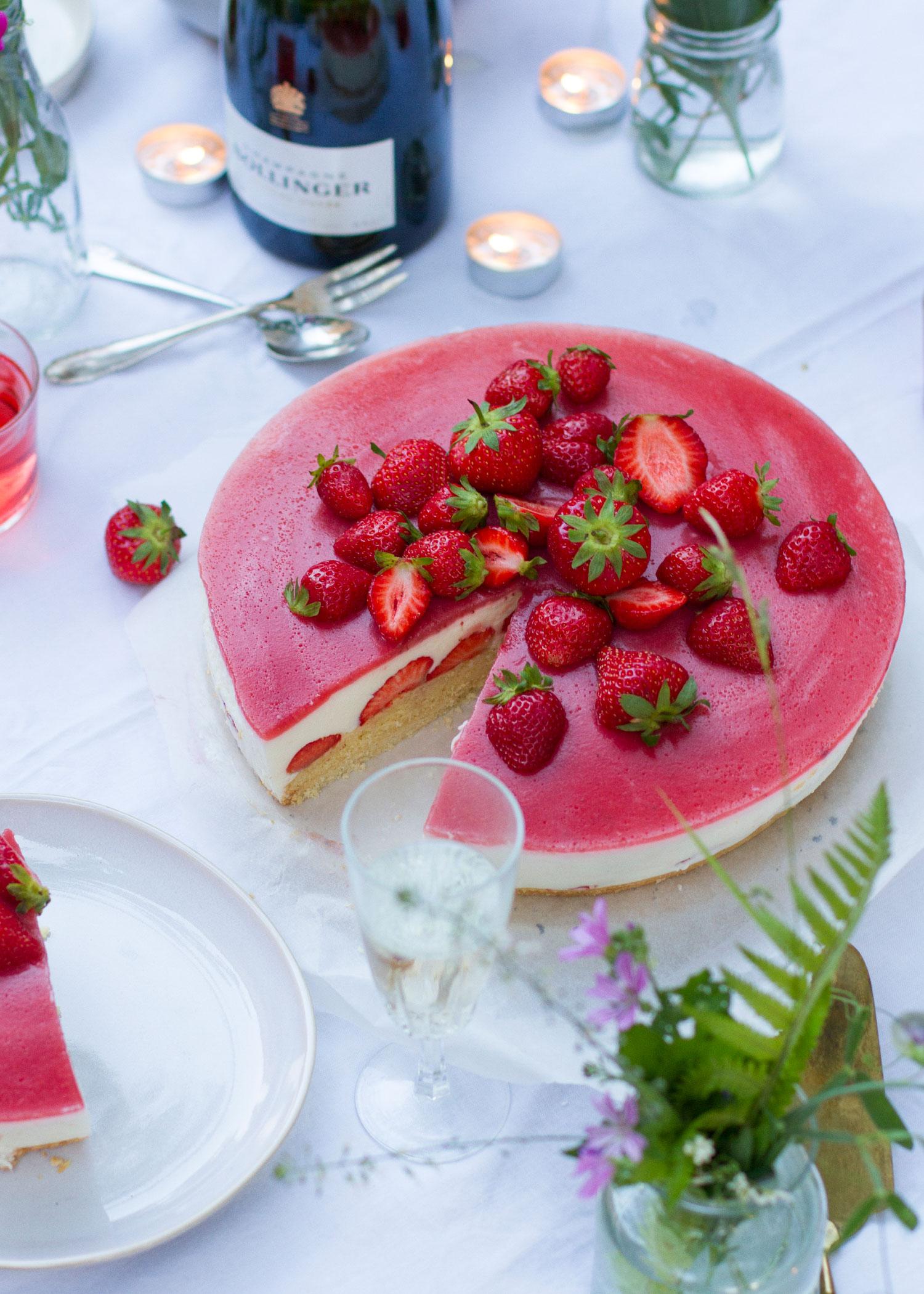 04_NOMNOM_Erdbeer_Champagner_Torte.jpg