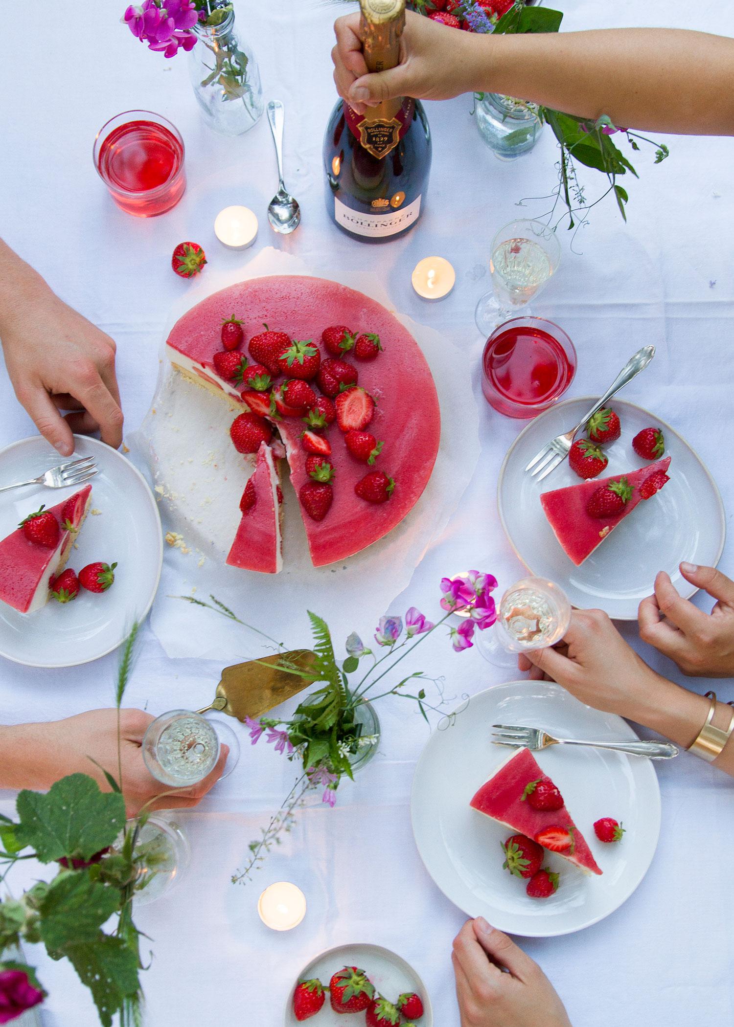 06_NOMNOM_Erdbeer_Champagner_Torte.jpg