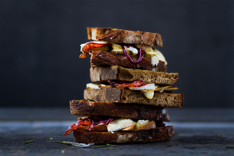 01_NOMNOM_Sandwich_Apfel_Brie_Speck.jpg