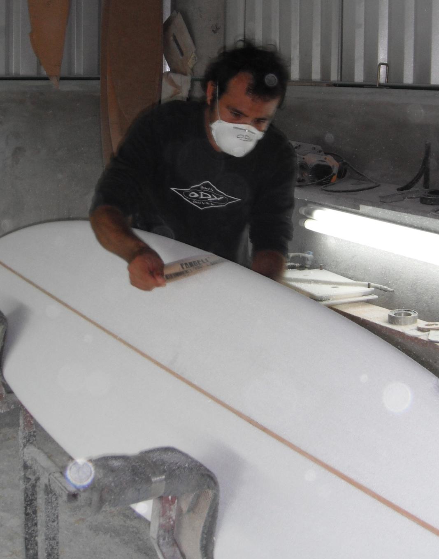Ody Ordaz en su taller de shapear.