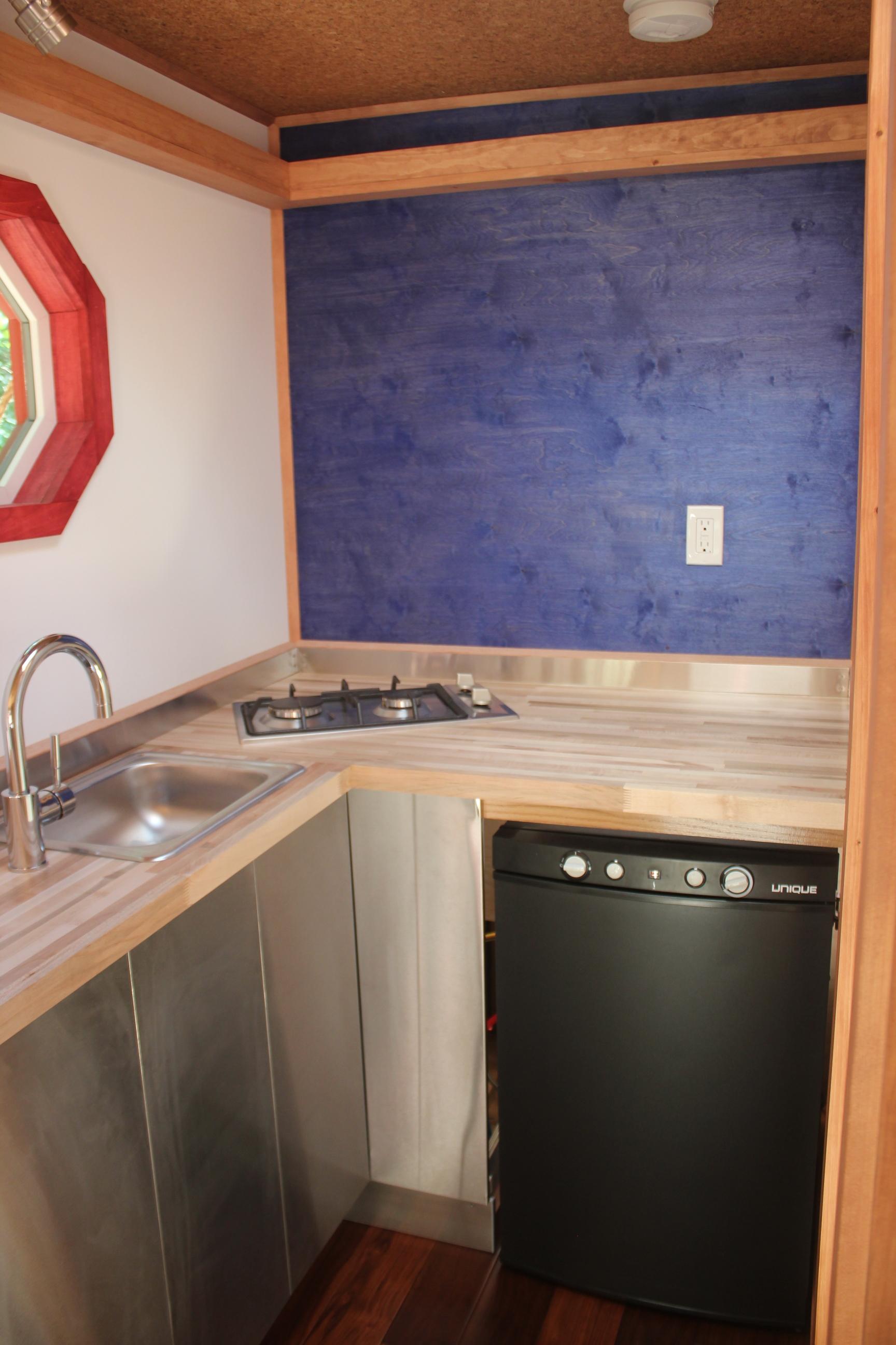 WhirlyHouse_kitchen2.JPG