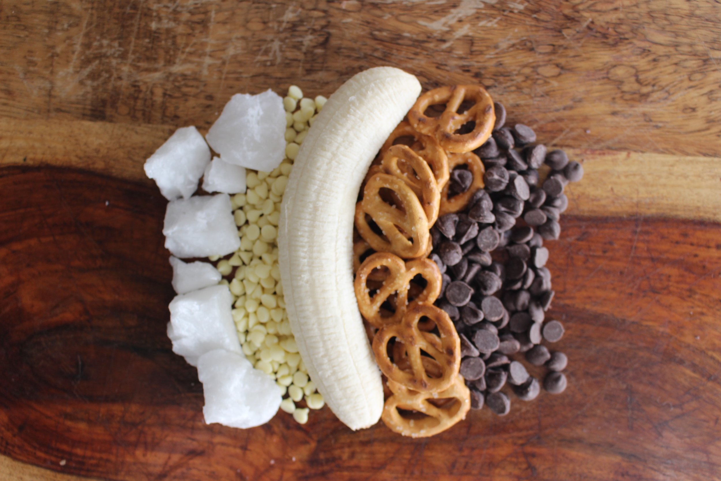 Chocolate banana reindeer pops   Me & The Moose. Sliced bananas and pretzels dipped in chocolate are an easy, festive, and healthier way to celebrate the season. #meandthemoose #bananas #snacks #pretzels #Christmassnacks #Christmasrecipes