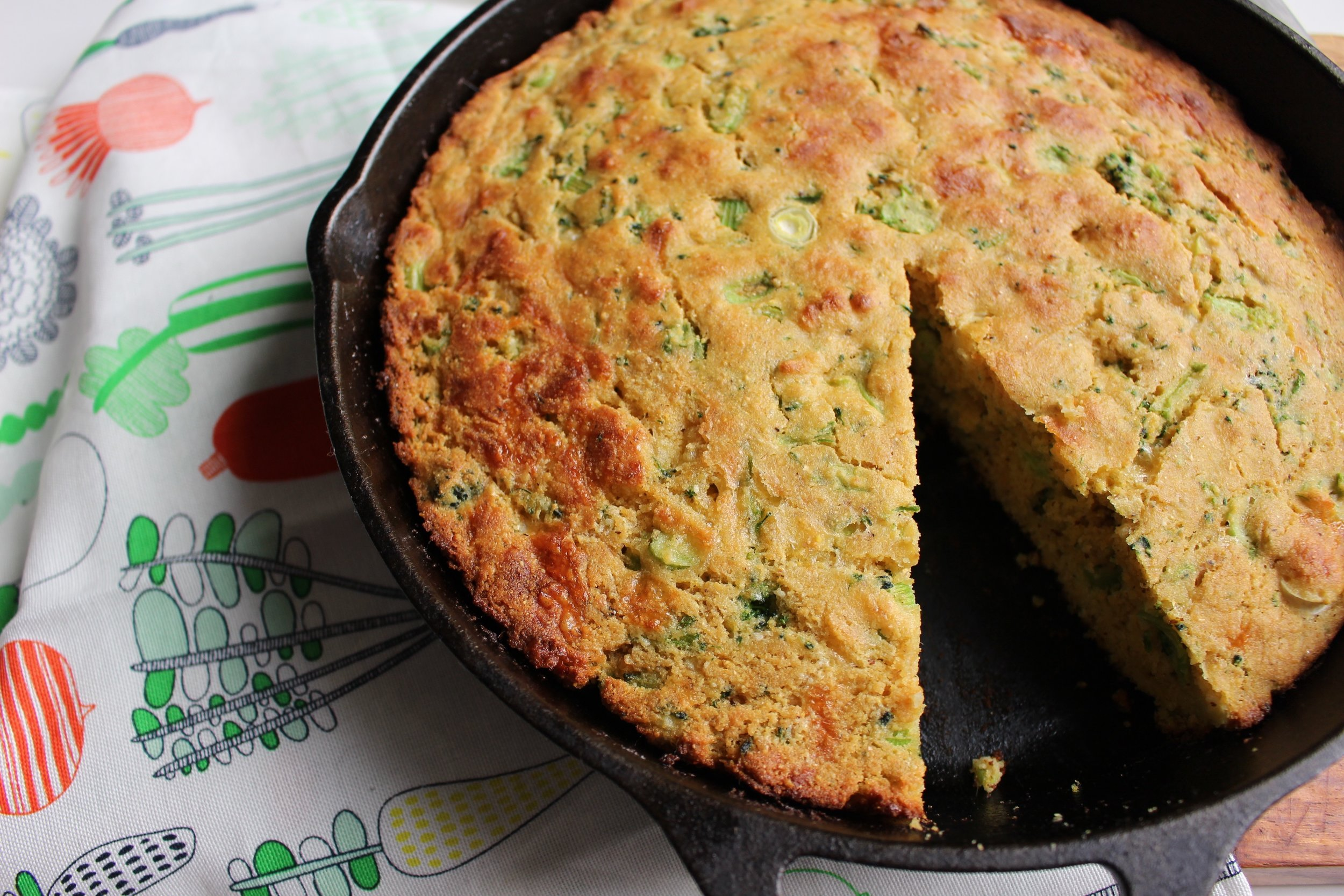 Broccoli and cheddar corn bread | Me & The Moose. Sneak in some more vegetables in your corn bread. #meandthemoose #cornbread #cornbreadrecipes #broccoliandcheddar #quickbread #hiddenveggies #sidedishes #toddlerrecipes