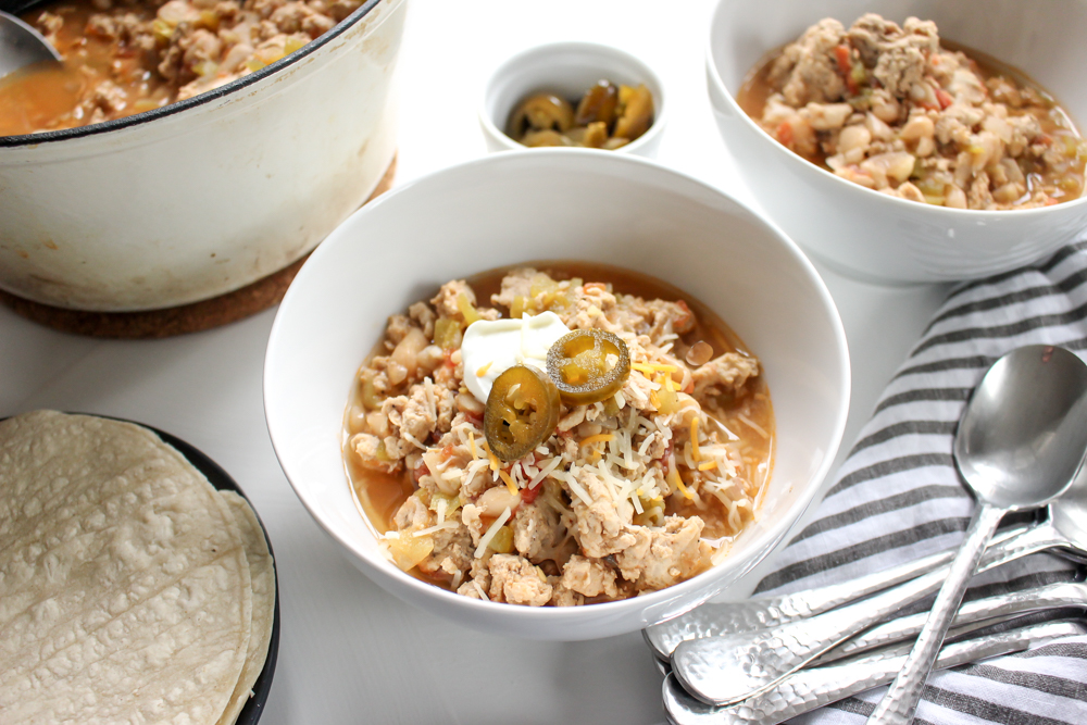 White bean chicken chili | Me & The Moose. This easy, fast, cheap, and healthy meal also happens to be gluten and dairy free and a crowd pleaser for game day or a weekday. #meandthemoose #quickdinner #dinner #dinnerrecipes #glutenfreerecipes #dairyfreerecipes #chili #chilirecipes #gamedayrecipes