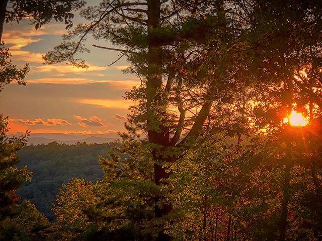 Blue Ridge autumn beauty🍁⛰ #travelphotography #outdooradventurephotos #outofoffice #blueridgemountains #wonderlust #colorsofautumn #instatravel #instatraveling