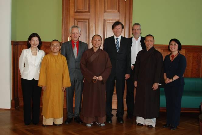 Unser Lehrer Thích Trí Chơn, zweiter von rechts