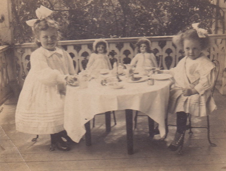 The HR Hammer's great aunt & grandmother enjoying a meal break with some friends