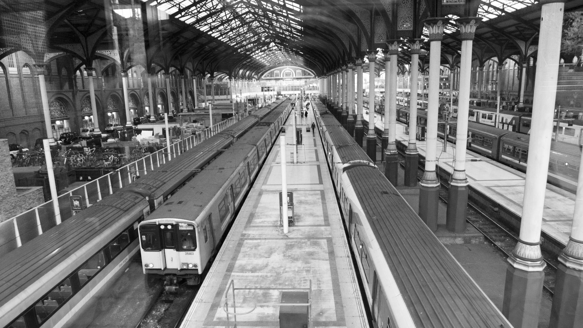 liverpoolst_station_trains.jpg