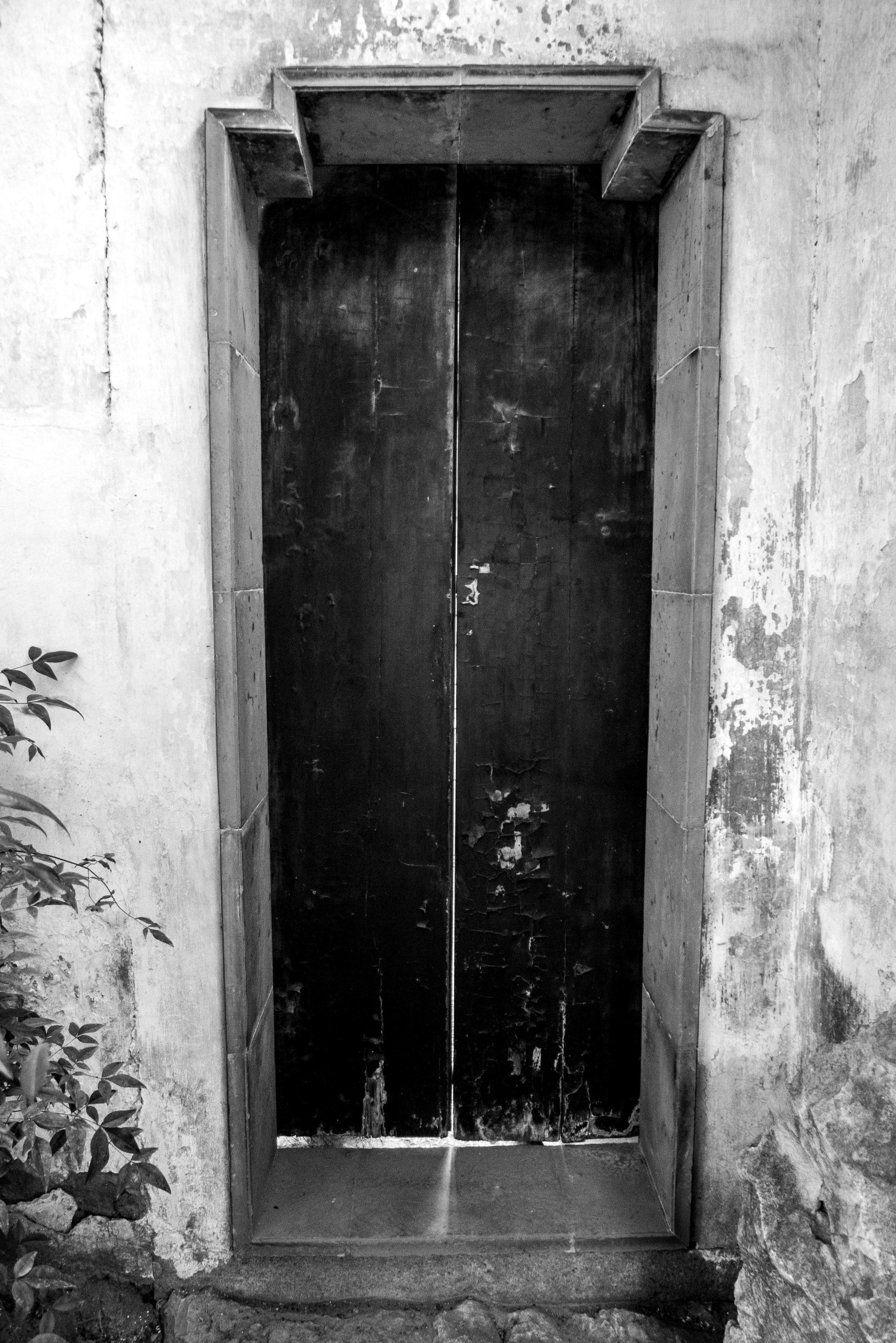 shanghai_garden_door_bw.jpg