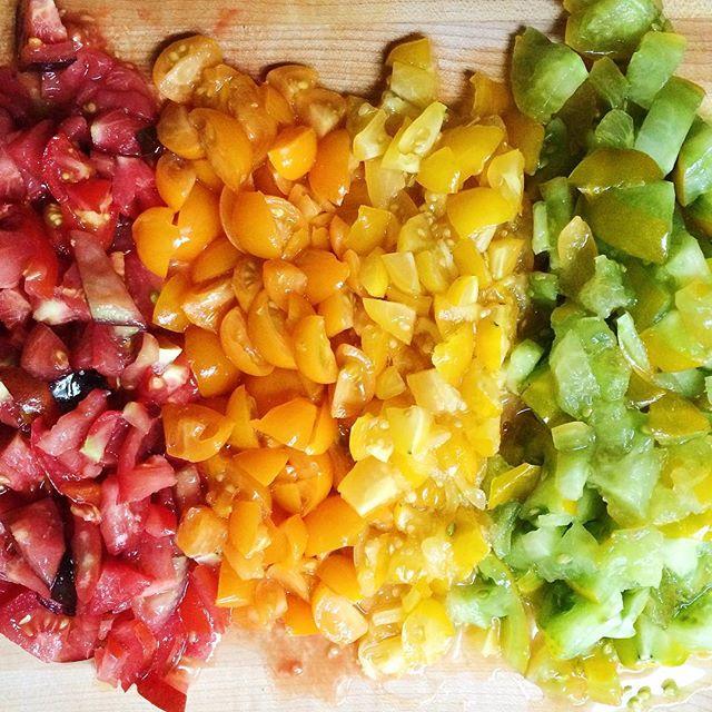 Tomato rainbow #heirloomtomatoes #gardengrown #preppingdinner #bruchetta