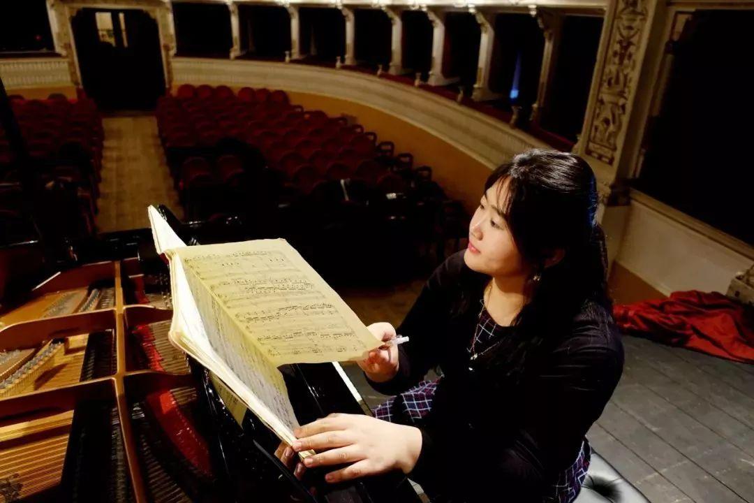 排练中,  佳鑫就乐谱作分析与标记