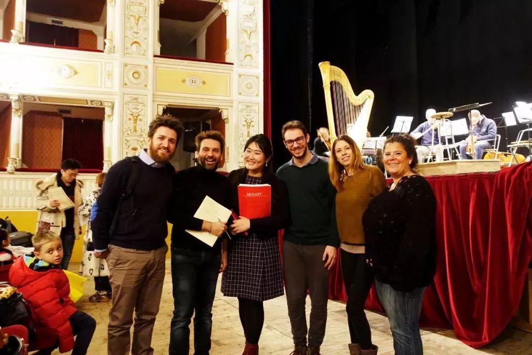 排练结束,  佳鑫与部分音乐家合影     今晚音乐会,我们一起期待