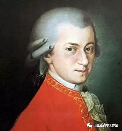 """佳鑫不仅在这么特别的舞台上选择演奏莫扎特的作品,在大部分的个人专场音乐会上也都选择以莫扎特的奏鸣曲开场,而这样特别的曲目安排也是区别于大部分演奏家的。  所以我想,无论是莫扎特还是莫扎特的作品,对她来说应是有着特别的意义和情感 ▽  佳鑫从出道开始,所弹奏的莫扎特始终受到好评,同时被中外大师所认可;  被誉为""""中国钢琴教育的灵魂""""的周广仁周先生说,""""田佳鑫把莫扎特""""弹活了"""",能把古典钢琴音乐演奏得如此淋漓尽致真是相当不容易""""  著名的中国作曲家、音乐教育家鲍元恺教授评论,""""佳鑫演奏的莫扎特是我听过最好的版本,每一个音符都是精心雕刻出来的!她弹的莫扎特达到了出神入化的境界""""。  莫扎特的这首《d小调第二十号钢琴协奏曲k466》,让佳鑫在多年以前参与的一个美国大赛中获得金奖;  这也是佳鑫和誉满全球的著名指挥、钢琴大师菲利普·昂特勒蒙结缘的一首作品,大师如此评价,""""当我第一次在纽约听她演奏的时候,5秒钟后我就知道这是我想要的声音。通过多次的合作我发现与她有着不可思议的默契,总能碰撞出意想不到的艺术火花。很难想象已经  80 岁的我和一位只有 20  多岁的年轻钢琴家在艺术的感觉上能够有如此多的相同之处,她对音乐的理解和对旋律驾驭的能力,已经远远超过了同龄人所能达到的高度,而每次与她一起弹琴也都是一种特别的享受"""";  这更是让佳鑫获得《纽约时报》的报道,""""田佳鑫的演奏充满着她对音乐足够的激情和活力。"""""""