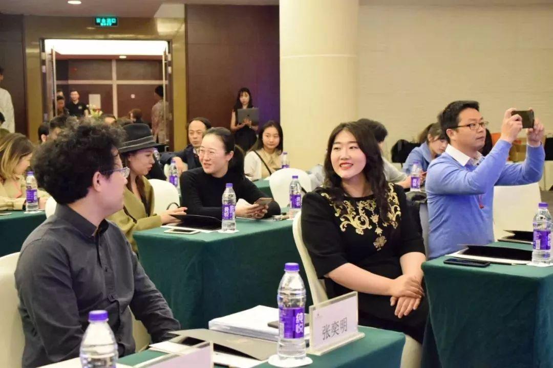 佳鑫在个人音乐会的巡演路上正在疾步飞驰,佳鑫在音乐教育的路上的也在不停前行,希望未来遇见更多有着同样想法与目标的同仁,一起为中国的艺术和教育而付出与作为。