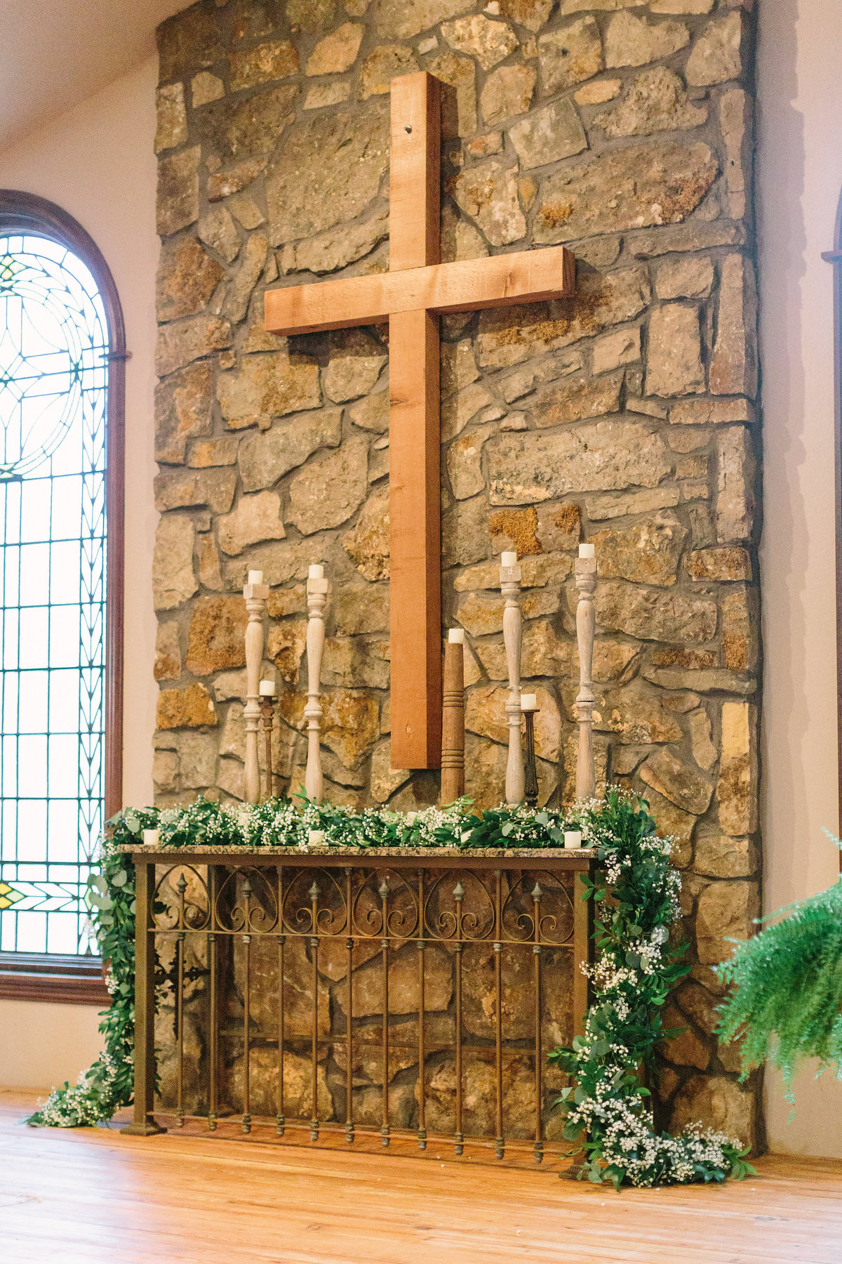 03. Stone Chapel at Matt Lane Altar Garland. Erin WIlson Photography. Rose of Sharon Floral Designs..jpg