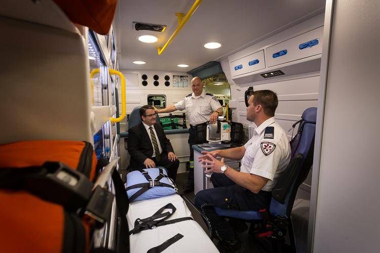 Serge Leblanc (au centre) et Jerome Scott (à la droite), travailleurs paramédicaux, figurent dans la photo avec Victor Boudreau, ministre de la Santé.