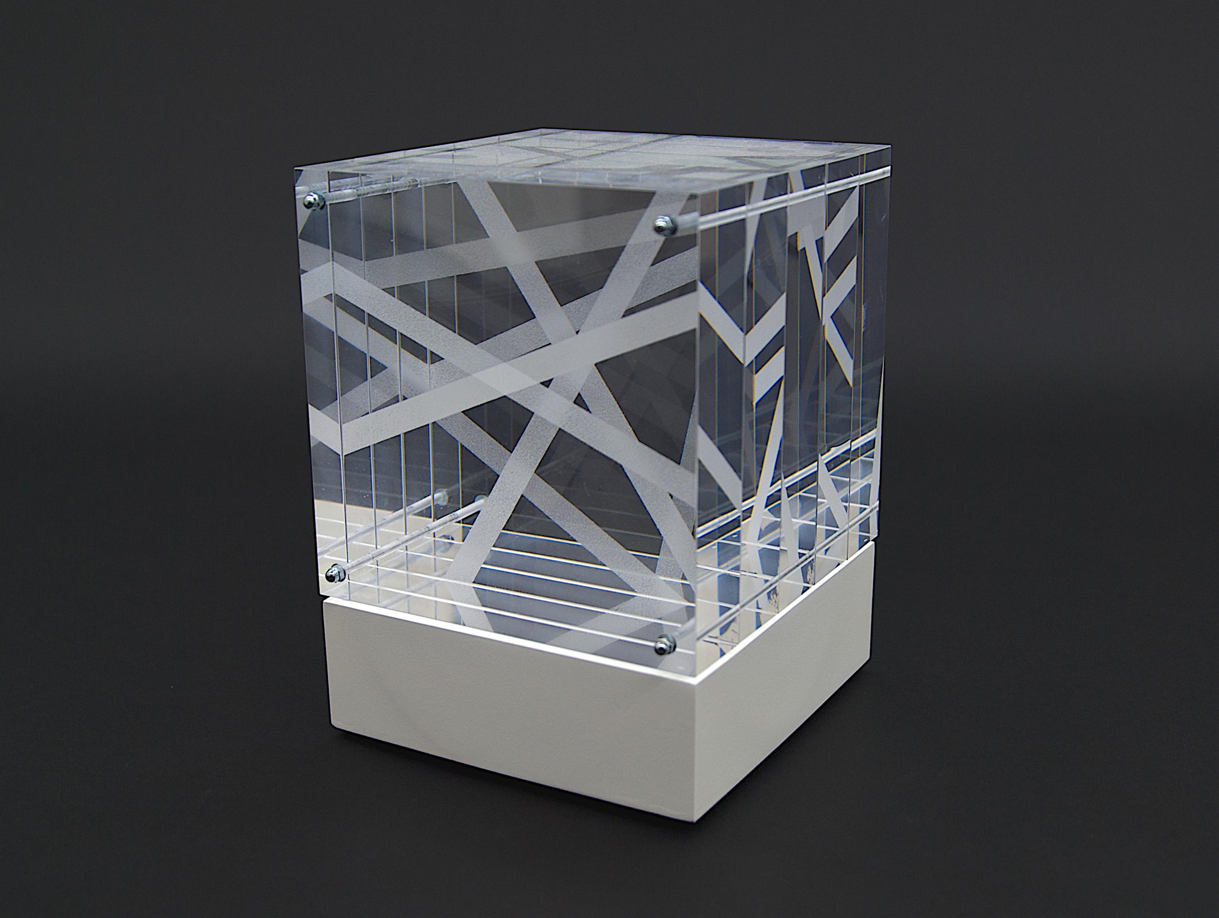 objekt nr. 05/2011- acrylglas bemalt - 15 x 15 x 15 cmauf drehbarem sockel