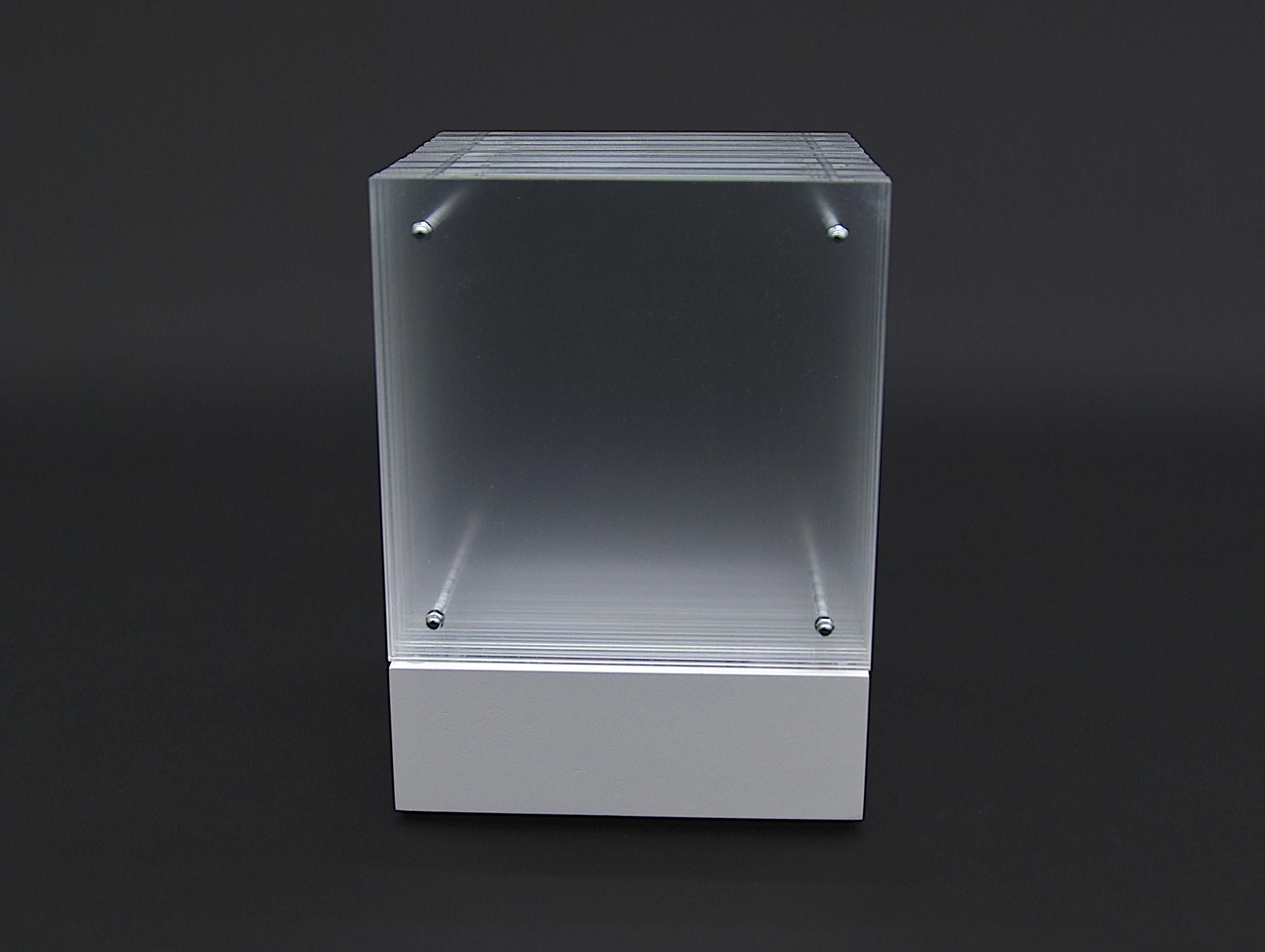 objekt nr. 03/2010- acrylglas bemalt - 15 x 15 x 15 cmauf drehbarem sockel