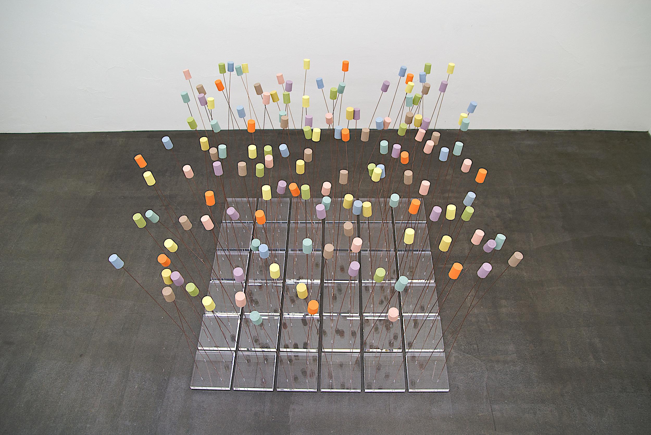 "boden-installation 07/2012 ""recycling I"" - 140 x 140 cm (variabel) - acrylglas, kupferdraht / bemalte schaumstoffrollen"