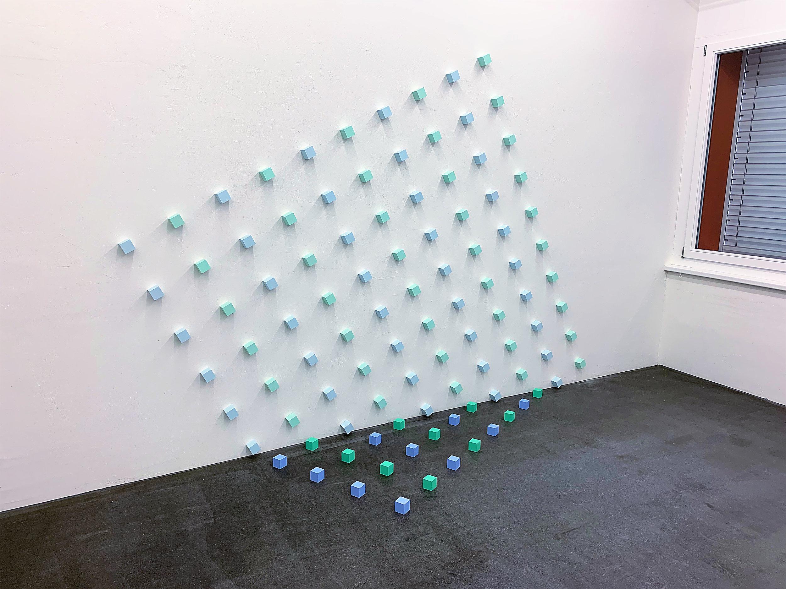 "Boden-Wand-Installation "" Quadrat 1"" (mit Kuben, 5 x 5 x 5 cm) 1991 - 2019, MDF, Acryl, Stahlnägel H: 219,15 cm, B: 301 cm, T: 81,9 cm"