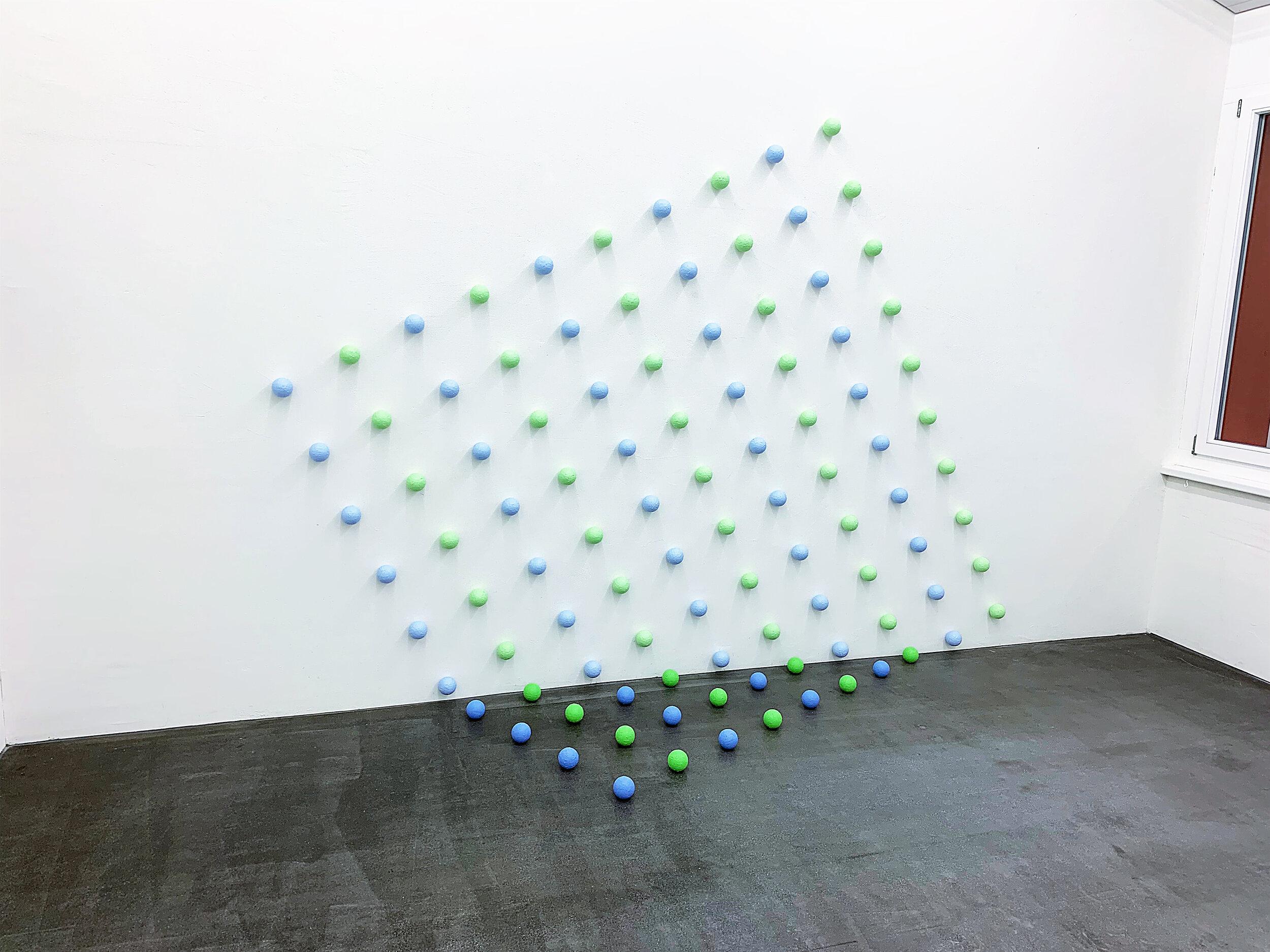 """Boden-Wand-Installation """" Quadrat 2"""" (mit Kugeln, Durchmesser 7cm) 2019, Styropor, Klebeband, Acryl, Magnete H: 219,15 cm, B: 301 cm, T: 81,9 cm"""
