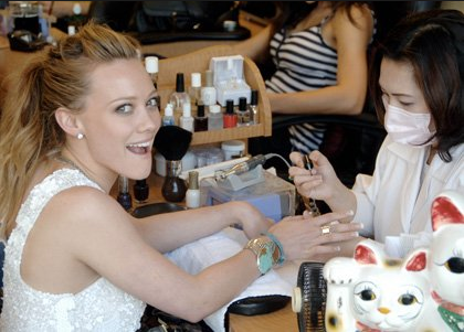 GET your nails DONE Hilary Duff!