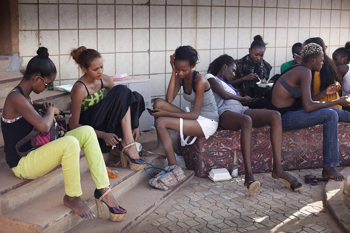 2 YOUNG AFRICAN MODELS_NIGER_FASHION_HECTOR MEDIAVILLA_08.jpg
