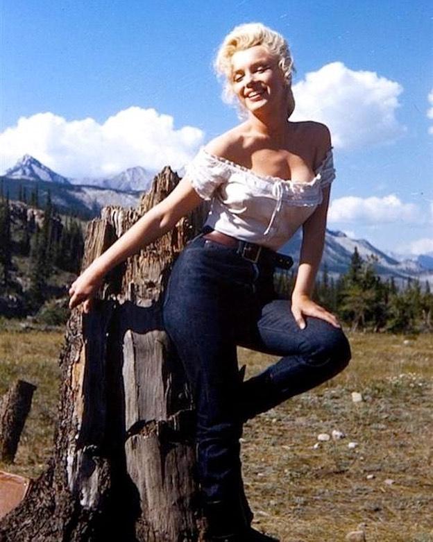 Marilyn Monroe posing the shiii outta those blue jeans👌👖