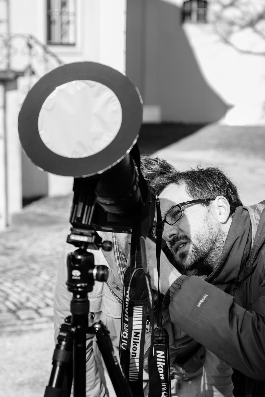 Fotograf fotografiert Fotografen, die eine partielle Sonnenfinsternis fotografieren. Foto: Henry Sowinski