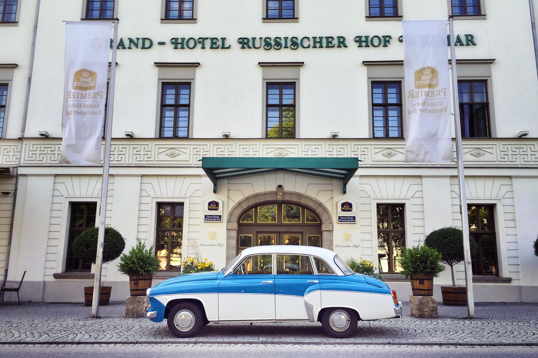 Schön restaurierten 312er Wartburg vor dem Grand – Hotel Russicher Hof Weimar. <3
