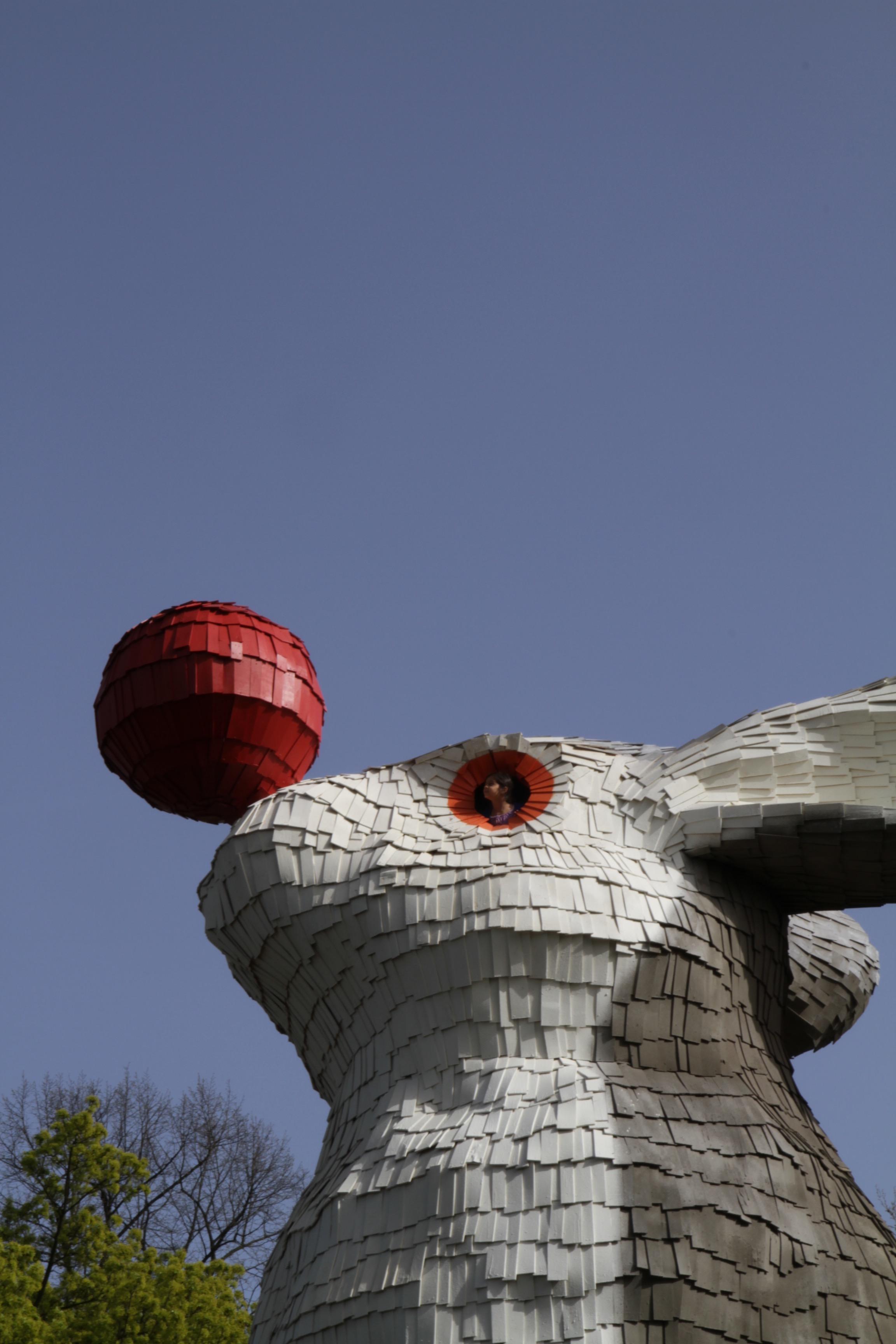 Florentijn Hofman - Uitkijkkonijn   Florentijn Hofman realiseert kunstwerken in binnen en buitenland. Zijn beroemde 'Rubber Duck', een gigantische badeend, reist de hele wereld rond. Het tijdelijke kunstwerk 'Uitkijkkonijn', dat in opdracht van de gemeente Nijmegen specifiek voor het Valkhofpark werd ontworpen, is samen met Nijmeegse vrijwilligers opgebouwd.