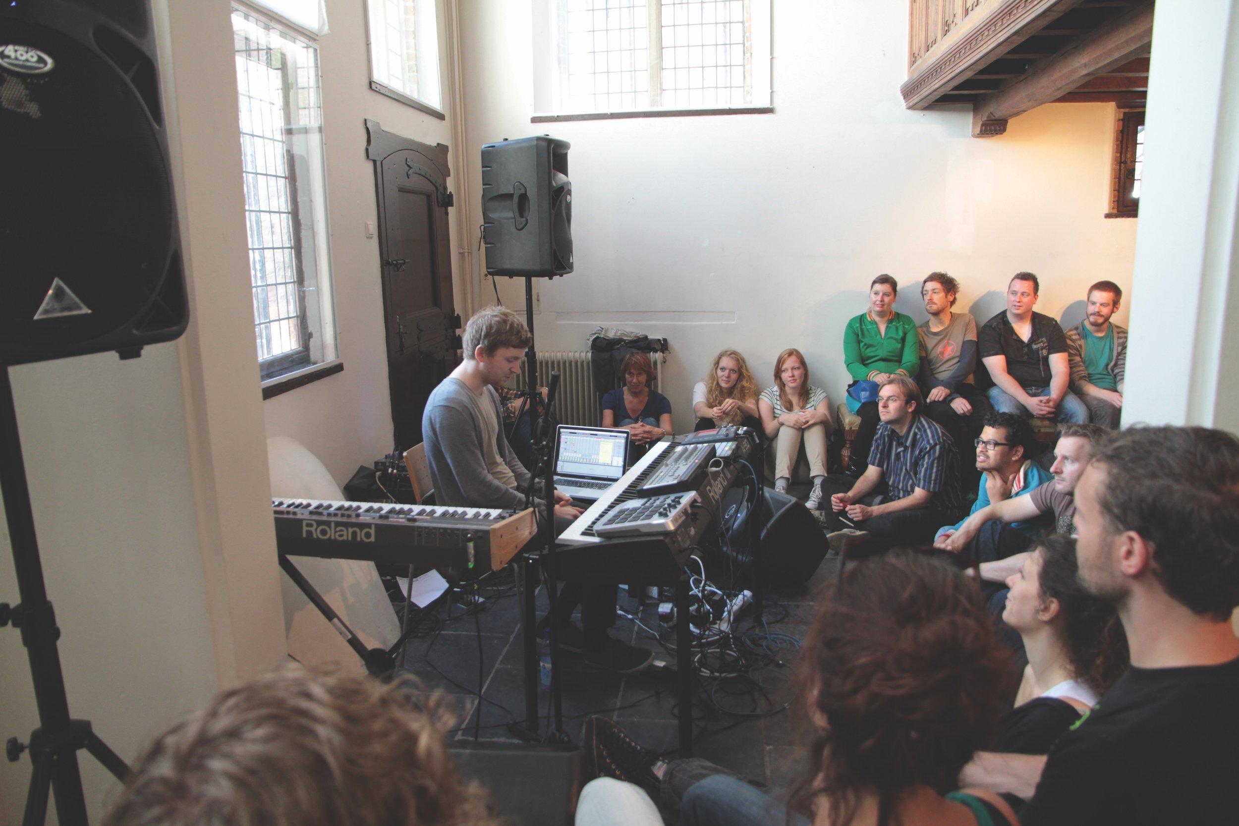 De Affaire - Olafur Arnalds   Festival de Affaire is de plek om kennis te maken met nieuwe muziek. Die kennismaking werd in juli 2011 met een reeks concerten van de jonge IJslandse componist Ólafur Arnalds aangevuld. In het Besiendershuis gaf Arnalds een serie bijzondere voorstellingen waarbij hij samen met het publiek werkte aan nieuwe composities.