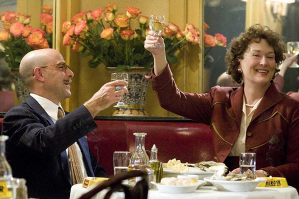 """Meryl Streep en Stanley Tucci in de film Julia & Julie. Bekend is dat Julia en Paul veel van elkaar hielden. De romantiek spatte ervan af, hij zei tegen haar: """"Jij bent de boter op mijn brood en de adem van mijn leven. I love you """""""