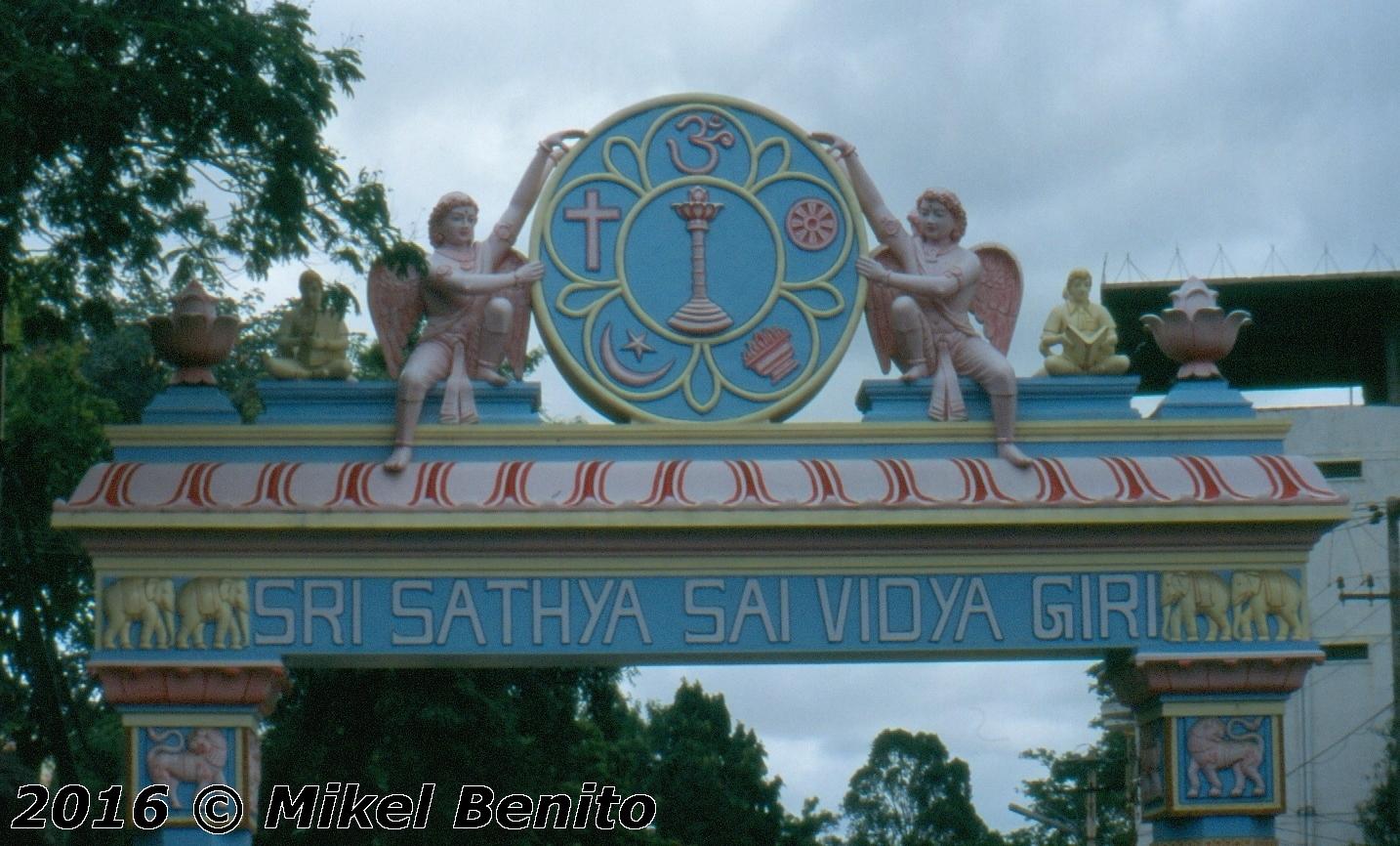 Acceso al Ashram de Prasanthi Nilayam, con los símbolos de las cinco religiones mayoritarias en India