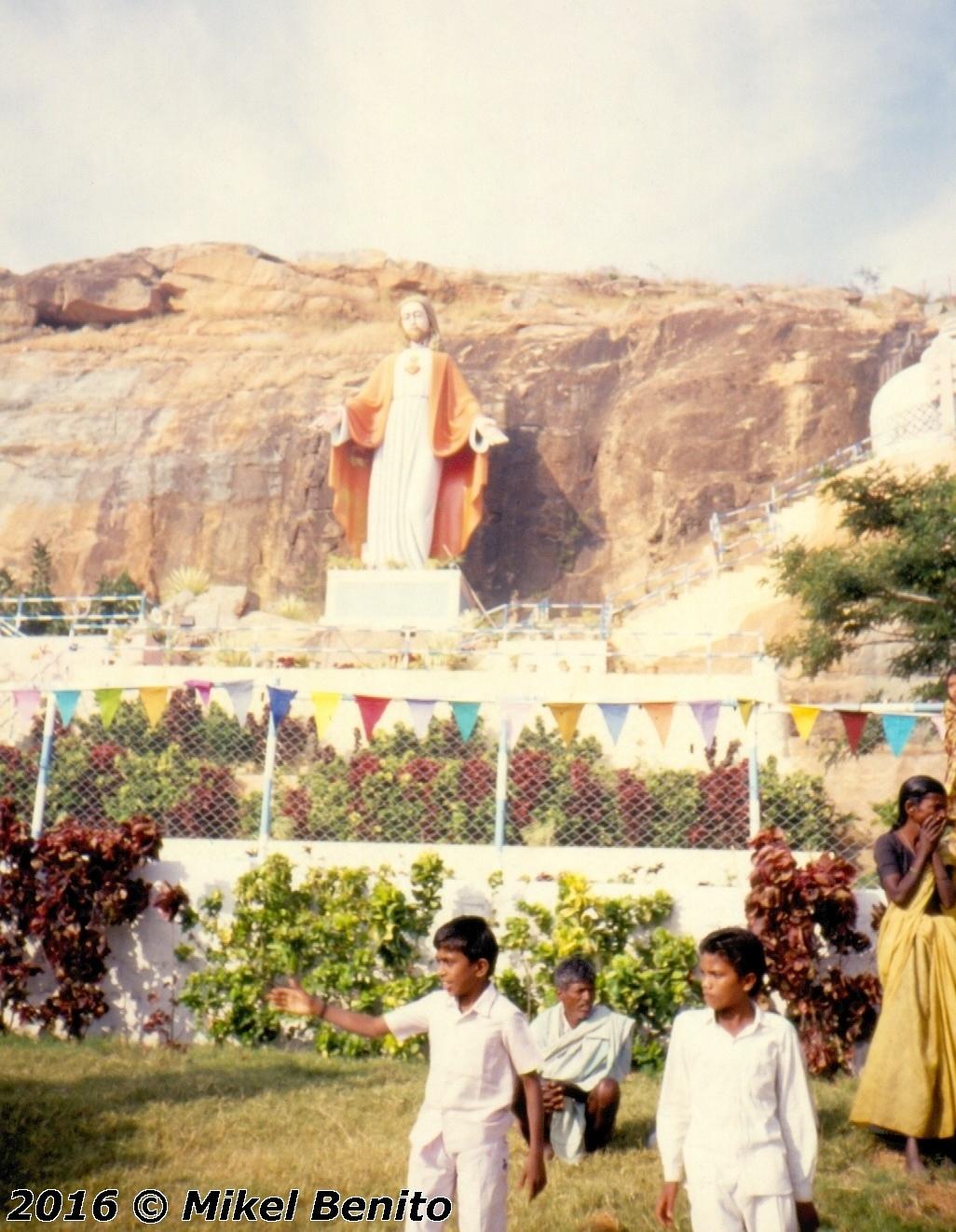 Nos sorprendería saber cuanto conocen, respetan y estiman a Jesús hinduistas, budistas y musulmanes indios. Escultura gigante de Jesús en el Ashram de Prasanthi Nilayam, junto a las de Buda, Krisna, Hanuman, Rama, Mahavira y el templete de Mahoma.