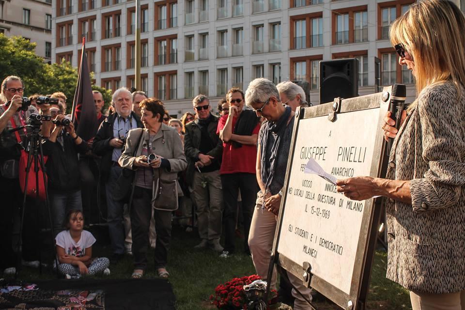 in piazza Fontana era in corso la posa della nuova lapide a Giuseppe Pinelli