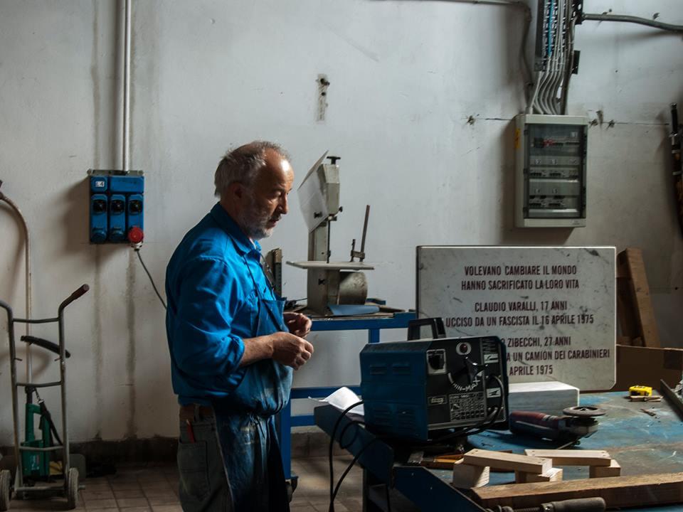 Nella fabbrica recuperata di Trezzano s/N viene restaurata la lapide
