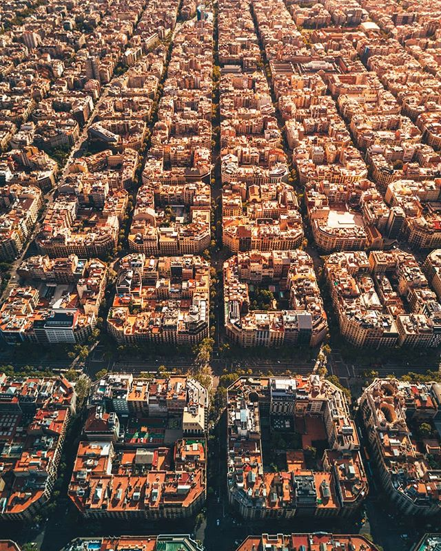 The grid blocks of Eixample 🌇  One of the most impressive and unique urban arquitecture designs in the world. Have you ever been?