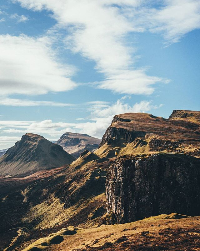 Out of all the locations we explored in Skye, Quiraing was by far my favourite! Straight out of a fairytale. It reminds me of the Tepuis back home.  Can you spot @daytonaenmarch with the yellow jacket?