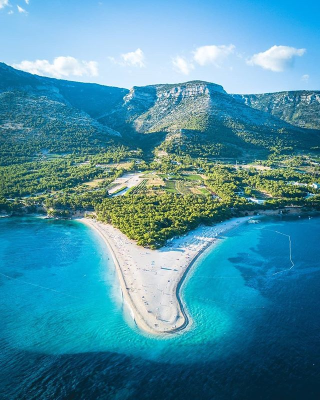 One of the most incredible beaches I've ever been to, the uniquely shaped Zlatni Rat.  Swipe to check a video out of my last trip to Croatia! If you've never been you should definitely add it to your bucket liat, such a beautiful country. 🇭🇷